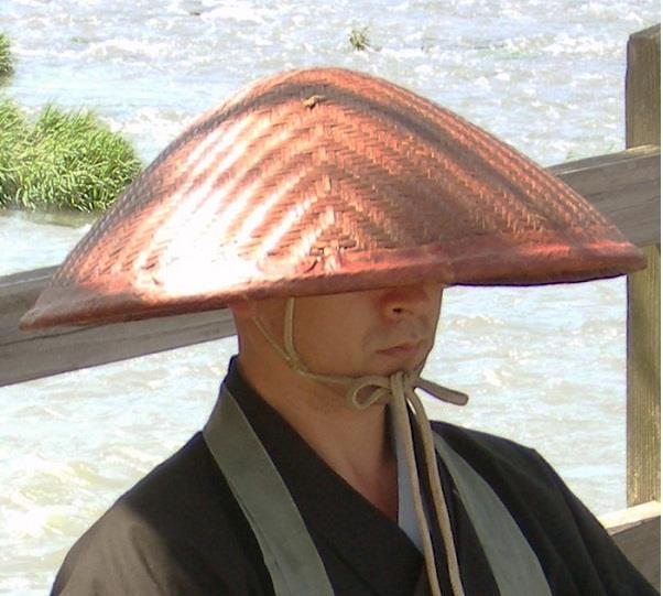 """Jingasa (jin có nghĩa là quân đội) hay còn gọi là """"nón samurai"""" rất được ưa chuộng trong nửa giai đoạn hai thời Edo (1700-1860). Nón Jingasa còn có các dạng khác như Bajo-gasa, Ichimonji-gasa và Toppai-gasa. Nón Jingasa được làm từ chất liệu sắt, da, giấy, gỗ và tre."""