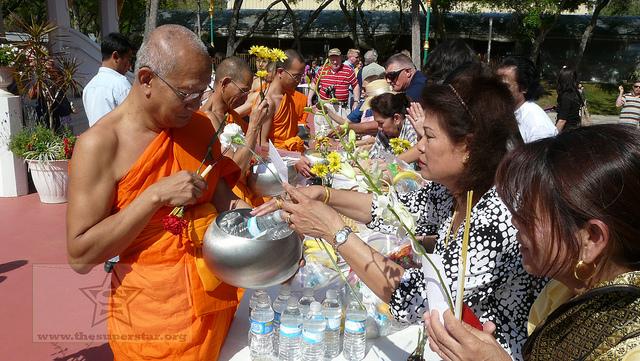 Tham dự lễ hội té nước ở Thái Lan