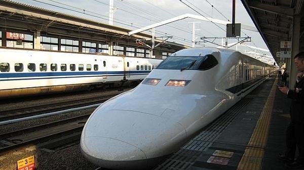 Phương tiện đi lại ở Nhật Bản Những phương tiện tiết kiệm nhất và vẫn đảm bảo an toàn cho hành khách khi tham gia giao thông Nhật Bản là tàu cao tốc (tàu điện cao tốc liên tỉnh, tàu Cao tốc Shinkansen) , tàu điện ngầm, hoặc xe bus.