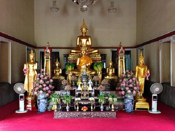 Ngôi chùa thờ Phật cùng vài chục bình xá lỵ các nhà sư