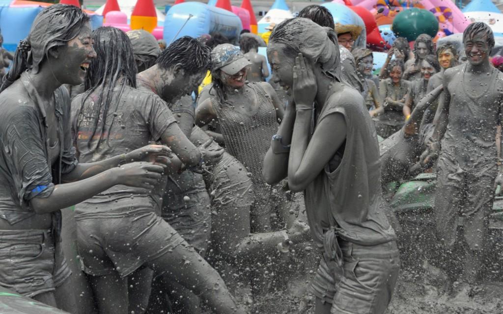 Tham gia lễ hội tắm bùn