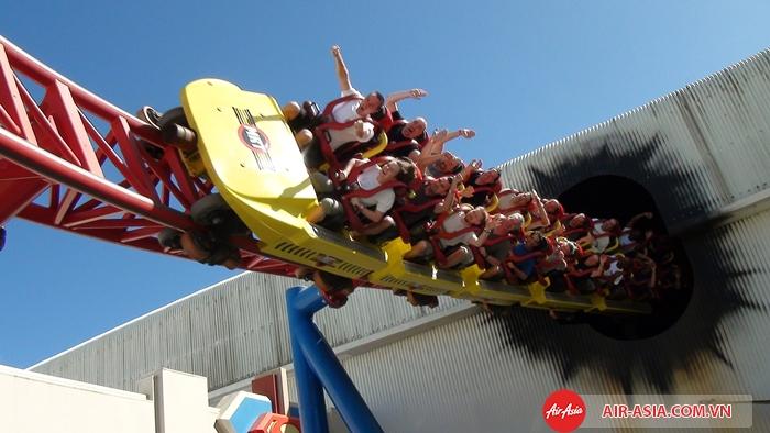 Trải nghiệm tàu lượn siêu tốc Superman tại Movie World - Gold Coast