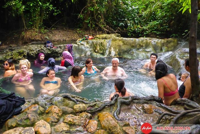 Trải nghiệm ngâm mình ở suối nước nóng Nam Tok Ron