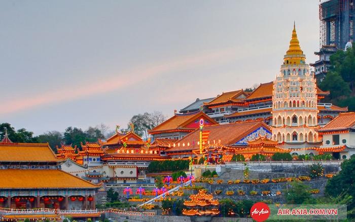 Ngôi đền Kek Lok Si rực rỡ trong ánh chiều tà ở Penang