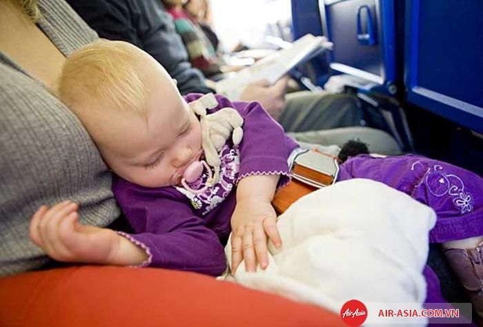 Độ tuổi thích hợp để trẻ nhỏ đi máy bay là từ 2-3 tháng tuổi