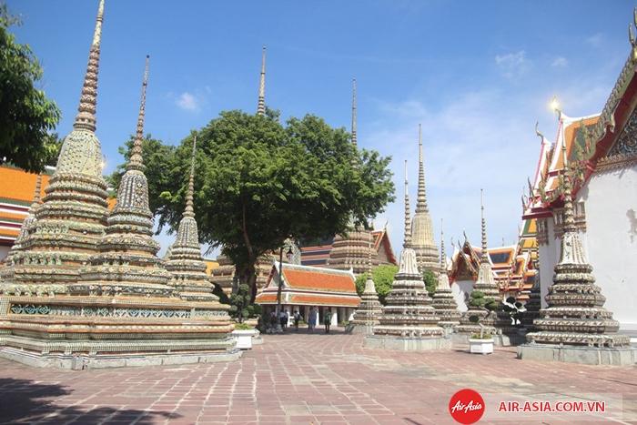 Khuôn viên Wat Pho vô cùng rộng lớn, du khách nên nhận bản đồ miễn phí trước khi vào thăm chùa