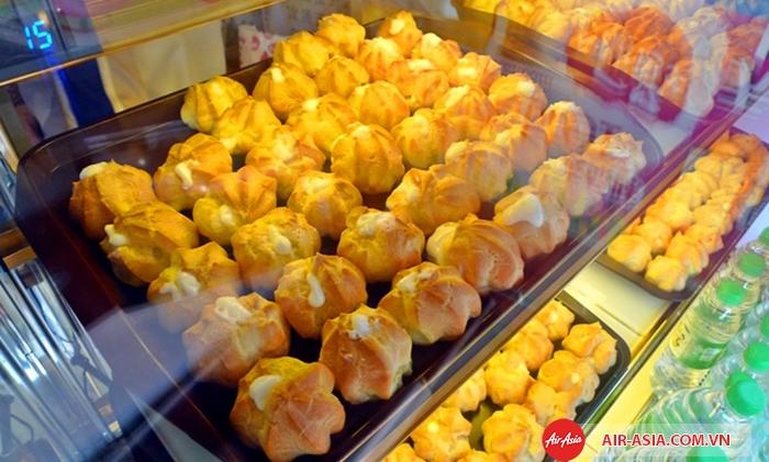 Bánh su kem sầu riêng với hương vị mê hoặc, dễ ăn rất được lòng du khách