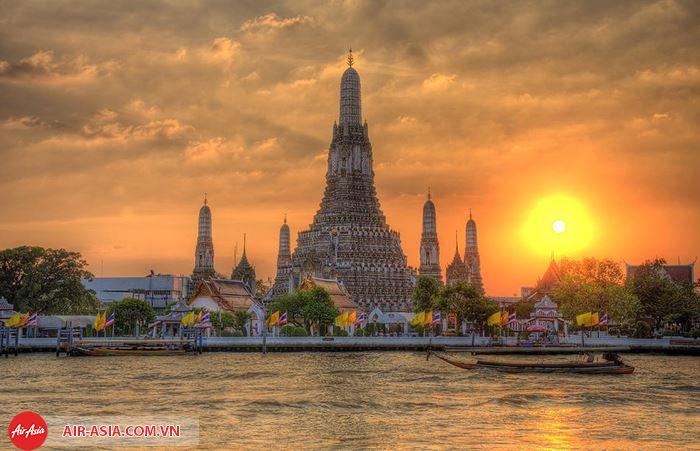 Vẻ đẹp của ngôi chùa Wat Arun nhìn từ xa