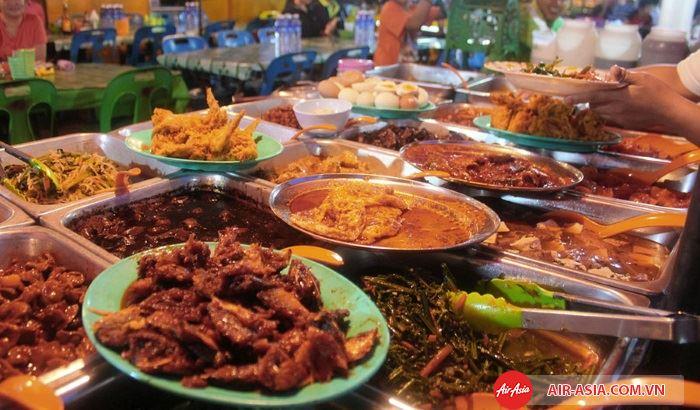 Ăn vặt tại ngã tư đường phố ở khu Chinatown