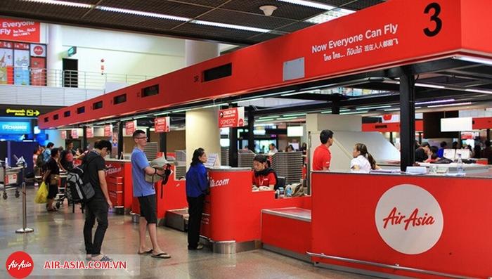Làm thủ tục check-in tại quầy Air Asia