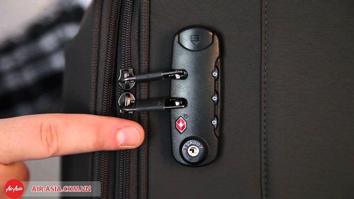 Bạn nên dùng khóa để khóa hành lý cẩn thận