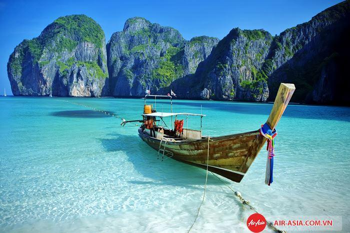 Bãi biển Patong rất nổi tiếng nằm ở phí tây thành phố